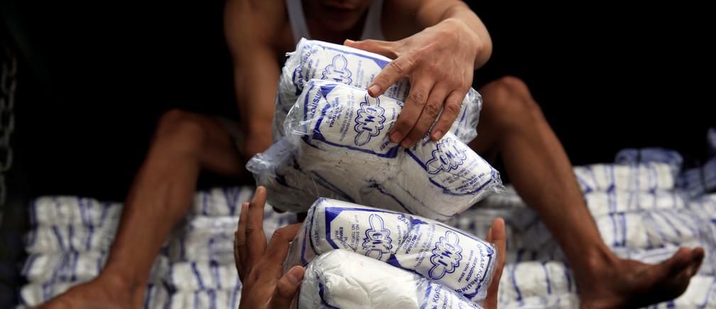 Nghiên cứu mới cho thấy người lớn trung bình tiêu thụ khoảng 2.000 microplastics (mảnh nhựa nhỏ mắt thường không thể nhìn thấy) mỗi năm. Hình ảnh: REUTERS / Beawiharta