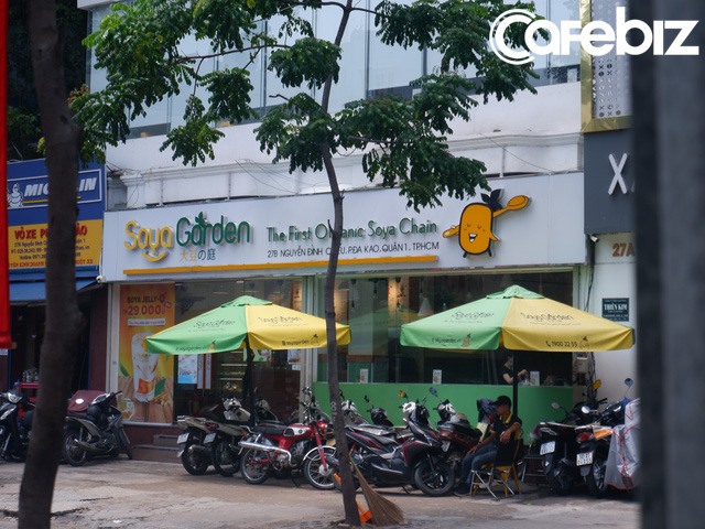 Cửa hàng tại 27B Nguyễn Đình Chiểu - Quận 1 có mở cửa nhưng dường như không bán hàng tại quán và tòa nhà này cũng đang được rao cho người khác thuê.