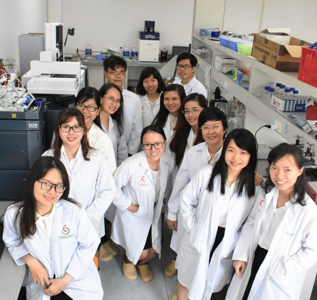 TS. Phan Mỹ Hạnh (thứ ba từ phải sang) và các đồng nghiệp tại Trung tâm Công nghệ Sinh học TPHCM | Ảnh: NVCC